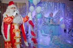 Santa Claus sjungande julsånger FaderFrost sjungande julsånger Fader Christmas, Jack Frost Santa Claus talar till arkivbild