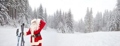 Santa Claus skidåkare på bakgrunden av skidalandskapet Vila nollan Arkivfoto