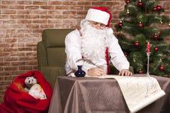 Santa Claus skriver hans lista Royaltyfri Fotografi