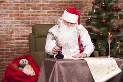 Santa Claus skriver hans lista Royaltyfria Bilder