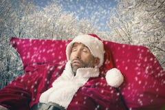 Santa Claus-slaap in de sneeuw Stock Fotografie