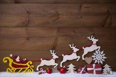 Santa Claus Sled With Reindeer roja, nieve, decoración de la Navidad Imagenes de archivo