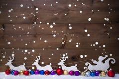 Santa Claus Sled With Reindeer, Sneeuw, Kerstmisballen, Sneeuwvlokken Stock Foto
