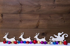 Santa Claus Sled With Reindeer, Sneeuw, Kleurrijke Kerstmisballen Stock Afbeeldingen