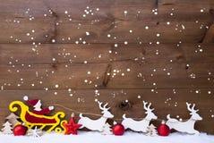Santa Claus Sled, reno, copos de nieve, espacio de la copia, bolas rojas Imagen de archivo libre de regalías
