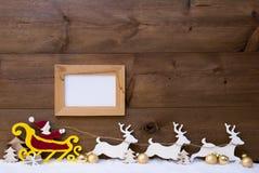 Santa Claus Sled, reno, nieve, espacio de la copia, bola de oro, marco Imagen de archivo
