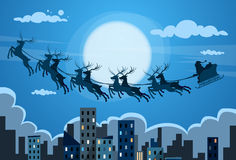 Santa Claus Sleigh Reindeer Fly Sky over Stad Royalty-vrije Stock Foto's