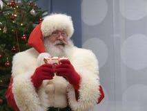 Santa Claus Smiling real y llevar a cabo un presente Imagenes de archivo