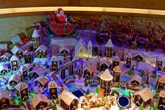 Santa Claus sobre uma vila do pão-de-espécie imagens de stock royalty free