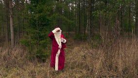 Santa Claus som är kommande ut från trän stock video