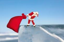 Santa Claus som övervinner hinder, levererar gåvor till barn på C arkivfoton