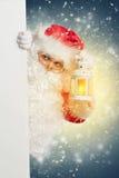 Santa Claus som bakifrån ser det tomma banret för vit Royaltyfri Bild