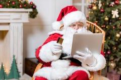 Santa Claus som direktanslutet shoppar Royaltyfria Bilder