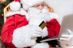 Santa Claus som direktanslutet shoppar Royaltyfria Foton