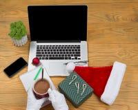 Santa Claus som dricker varm choklad, medan förbereda sig att arbeta på högt Arkivfoto