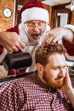 Santa Claus som förlage på barberaren shoppar Fotografering för Bildbyråer