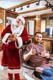 Santa Claus som förlage på barberaren shoppar Arkivfoto
