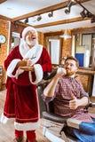 Santa Claus som förlage på barberaren shoppar Arkivbild