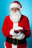 Santa Claus som gör hans lista av de goda barnen Arkivfoto