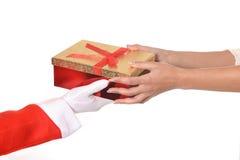 Santa Claus som ger julklapp till kvinnan Royaltyfri Bild