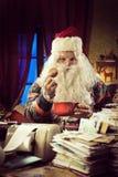 Santa Claus som har frukosten Arkivbild