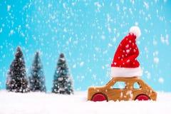 Santa Claus som kör trhoughvinterskogen arkivfoton