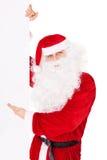 Santa Claus som pekar på banret som isoleras på white Arkivbild