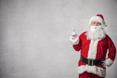 Santa Claus som pekar på en vägg Arkivfoto