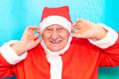 Santa Claus som pluggar öron royaltyfri fotografi
