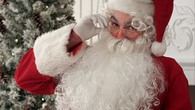 Santa Claus som poserar för foto och realiserar filmas han, Royaltyfri Fotografi