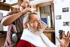Santa Claus som rakar hans personliga barberare Royaltyfria Foton