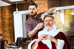 Santa Claus som rakar hans personliga barberare Royaltyfria Bilder
