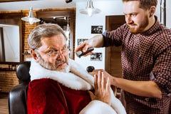 Santa Claus som rakar hans personliga barberare Fotografering för Bildbyråer