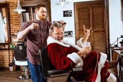 Santa Claus som rakar hans personliga barberare Arkivfoto