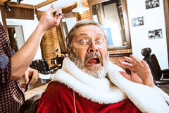 Santa Claus som rakar hans personliga barberare Royaltyfri Fotografi
