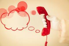 Santa Claus som rymmer den retro telefonen Royaltyfri Fotografi