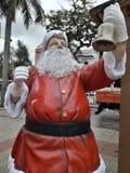 Santa Claus som rymmer en klocka arkivbild