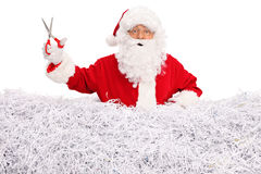 Santa Claus som rymmer ett par av sax Royaltyfri Fotografi