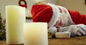 Santa Claus som sover på skrivbordet stock video