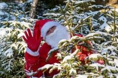 Santa Claus som vinkar med hans hand Royaltyfria Bilder