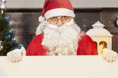 Santa Claus som visar en tom affischtavla Royaltyfri Fotografi