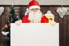 Santa Claus som visar en tom affischtavla Arkivbilder