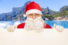 Santa Claus som visar en tom affischtavla Arkivbild
