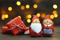 Santa Claus, son épouse et cadeaux de Noël photographie stock libre de droits