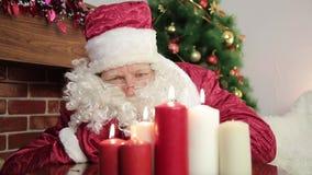 Santa Claus sopla hacia fuera las velas almacen de video