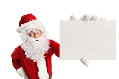 Santa Claus sorprendida que sostiene una tarjeta en blanco imagenes de archivo