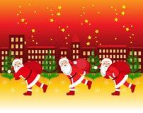 Santa Claus spring med påsen av gåvorna Royaltyfri Foto