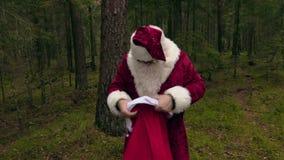 Santa Claus stanca vicino all'albero in legno video d archivio