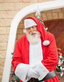 Santa Claus Standing Outside House Stockfoto