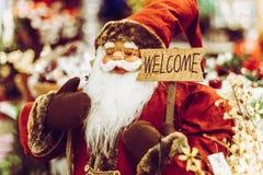 Santa Claus staty som rymmer det välkomna tecknet Arkivfoto